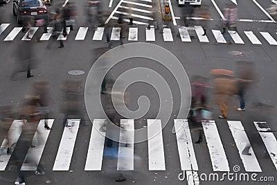 Gente que cruza la calle