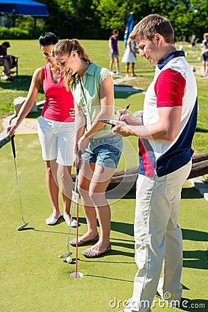 Gente que juega al minigolf al aire libre