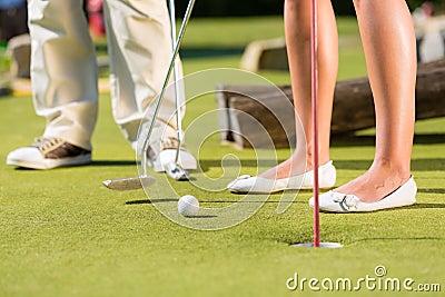 Gente que juega a golf miniatura al aire libre