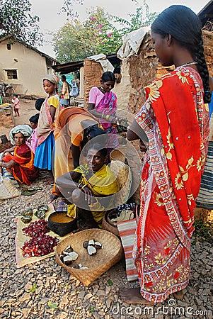 Gente tribal en la India. Foto de archivo editorial