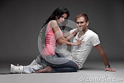 Gentil type agréable avec la fille sur le fond gris