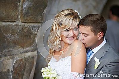 Gentle kyssen på skulderen