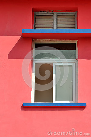 Geometrisches Muster auf farbiger Architektur
