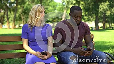 Gerät gewöhnte surfendes Netz der Paare im Telefon auf Datum, kein öffentliches Interesse stock video