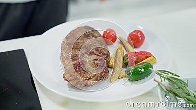 Gerade Fried Steak On eine Platte stock video footage