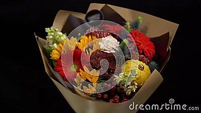 Gerbera, tournesol décoratif, maîtres dans un beau bouquet, emballé dans du papier artisanal banque de vidéos