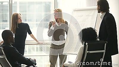 Gerente fêmea que apresenta o plano novo do projeto aos colegas de trabalho na reunião video estoque