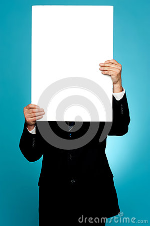 Gerente que esconde sua face atrás do anúncio branco da bandeira