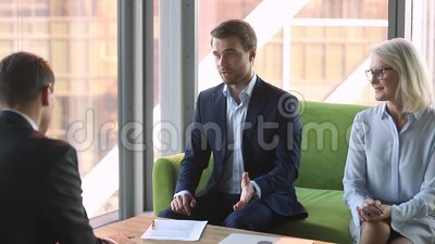 Gerente representativo da empresa para conceder o acordo do neg?cio com aperto de m?o do cliente video estoque