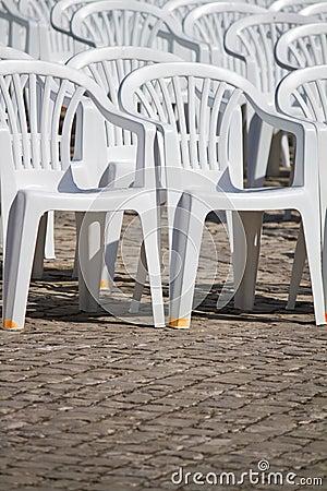 Gerichte witte plastic stoelen stock foto 39 s afbeelding for Witte plastic tuinstoelen