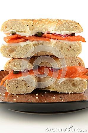 Gerookte zalm op ongezuurd broodje