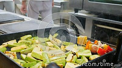 Geroosterde groenten, barbecue, bbq Het werk van de kok, bradend graan, peper, producten, courgette op de grill vertraagd stock video