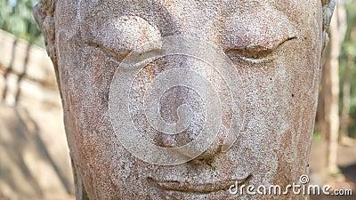 Gesamtlänge 4k Ruhiges und ruhiges Gesicht des alten Anbetungsbuddha-Statuenkopfes belichtet Buddha-Statue am Chiangmai-Geschicht stock video footage