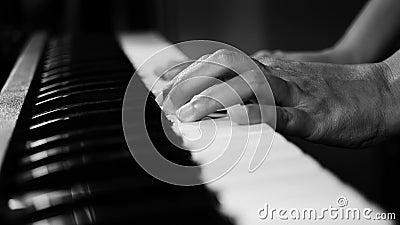 Gesamtlänge 4K von den Klaviermusik-Pianisthänden, die einfarbige Schwarzweiss-Farbe spielen selektiver Fokus des Musikinstrument stock footage
