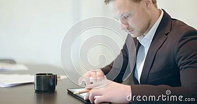 Geschäft - attraktiver Geschäftsmann, der digitale Tablette verwendet stock footage