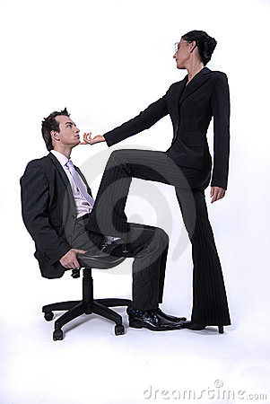 Abbildung des dominierenden übermannes der stehenden frau im stuhl