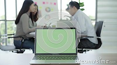 Geschäfts-Technologie-Konzepte - Digital-Lebensstilarbeitsbüro Laptop-Computer mit grünem Schirm auf Tabelle im Büro Zwei in eine stock footage