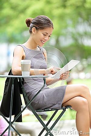 Geschäftsfrau, die Tablette auf Bruch verwendet