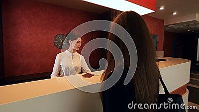 Geschäftsfrau kommt zum Hotel zu der Aufnahme und erhält einen Schlüssel 4K stock video