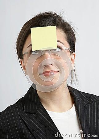 Geschäftsfrau mit klebriger Anmerkung