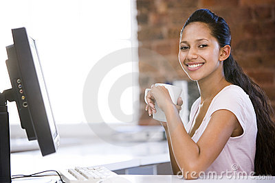Geschäftsfrau in trinkendem Kaffee des Büros