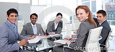 Geschäftsgruppe, die das Lächeln der ethnischen Verschiedenartigkeit zeigt
