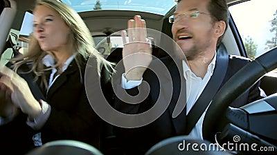 Geschäftsleute, die in das Auto glücklich tanzen