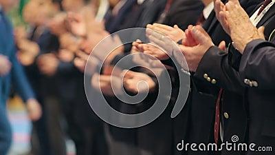 Geschäftsleute, die in der Reihe bei der Konferenz stehen und ihre Hände - Applaus klatschen stock video