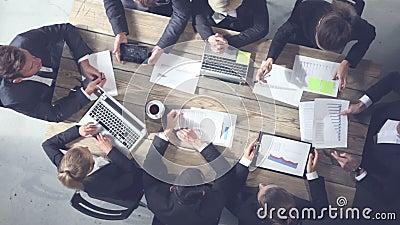 Geschäftsleute, die zusammenarbeiten