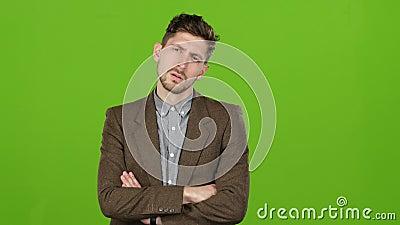 Geschäftsmann denkt über die Korrektheit der Entscheidungen nach, die er traf Grüner Bildschirm stock footage