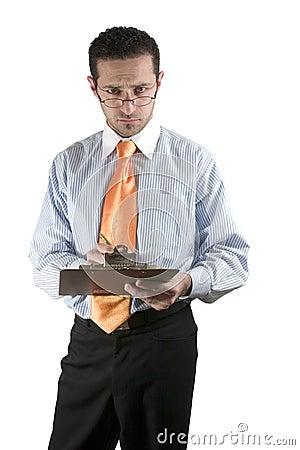 Geschäftsmann, der an Hand über seinen Gläsern mit Klemmbrett schaut