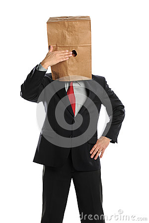 Geschäftsmann, der hinter Papierbeutel sich versteckt