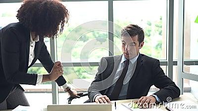 Geschäftsmann erhielt schelten durch seine weiblichen Chefprobleme bei der Arbeit