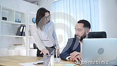 Geschäftsmann im Büro erhält Verweis von seinem weiblichen Chef stock video footage