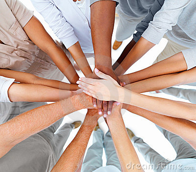 Geschäft Leutehände, die sich überlappen, um Teamwork zu zeigen