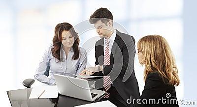 Geschäftsleute, die in der Gruppe arbeiten