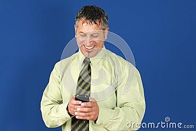 Geschäftsmann, der am Handy texting ist