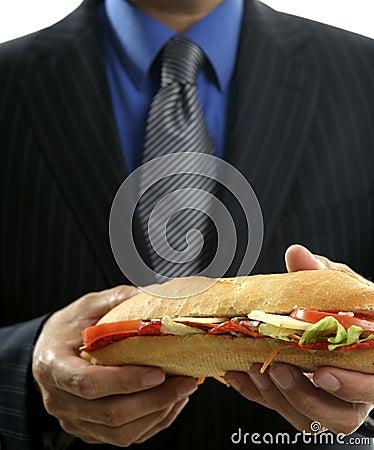 Geschäftsmann, der Schnellimbiß des Trödels isst