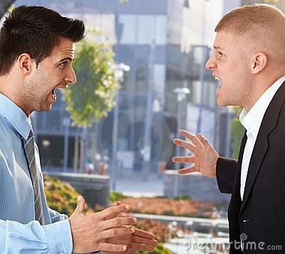 Geschäftsmänner, die vor Büro schreien