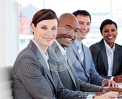 Geschäftsteam, das ethnische Verschiedenartigkeit zeigt