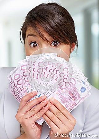 Geschokte vrouw met ventilator van vijf honderd Euro
