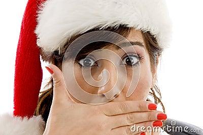 Geschokte vrouwelijke procureur die Kerstmishoed draagt