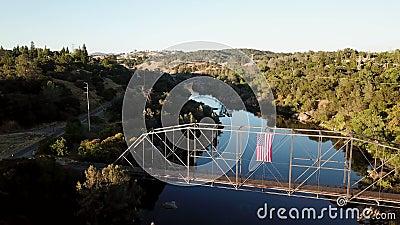 Geschossen von einer Brücke über dem Fluss drohne 4K kalifornien USA stock footage