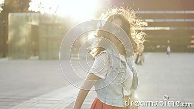 Gesichtspunkt. Porträt von Happy Young Woman Holding Hand ihrer Freundin Walking in der Stadt stock footage