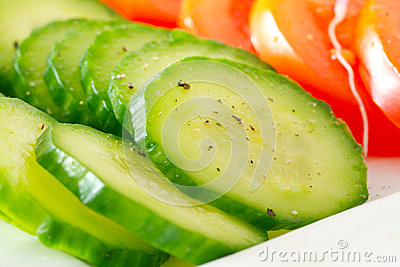 Gesneden komkommers op de plaat