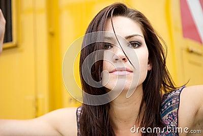Gespannen Meisje met Gele Backround