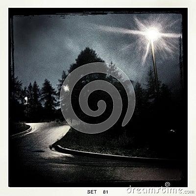 Gespenstische Nachtansicht einer kurvenreichen Straße
