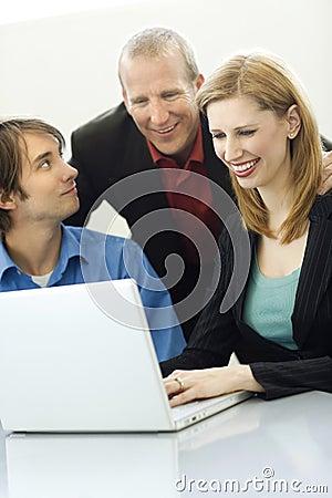 Gespräch mit drei Arbeitskräften