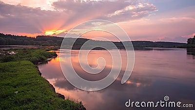 Gestalten Sie Zeitspanne des schönen Sonnenunterganghimmels über Desna-Fluss in Ukraine landschaftlich stock video