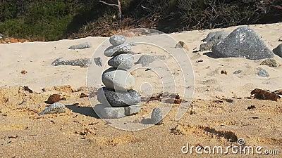 Gestapelde Zen Stones bij de Beach Weergave sluiten stock videobeelden